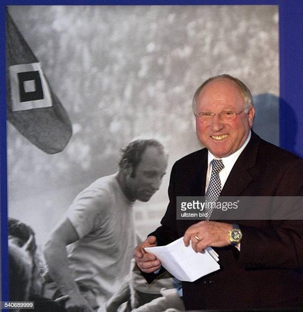 Uwe Seeler * Geschäftsmann ehem Fussballspieler D hält bei seinem 65 Geburtstag eine Rede