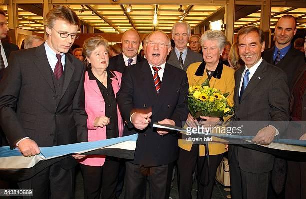 Uwe Seeler * Geschäftsmann ehem Fussballspieler D schneidet zur Eröffnung der Ausstellung Uns Uwe Die UweSeelerAusstellung in der SpringerPassage das...