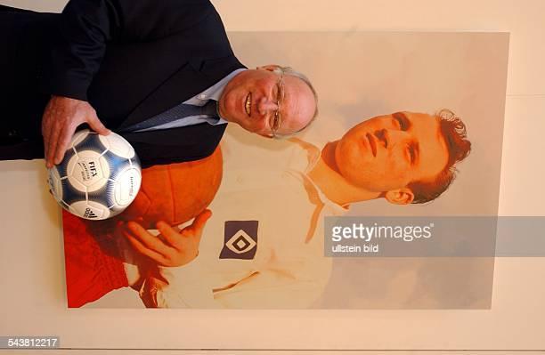 Uwe Seeler * Geschäftsmann ehem Fussballspieler D steht bei der Eröffnung der Ausstellung Uns Uwe Die UweSeelerAusstellung in der SpringerPassage vor...