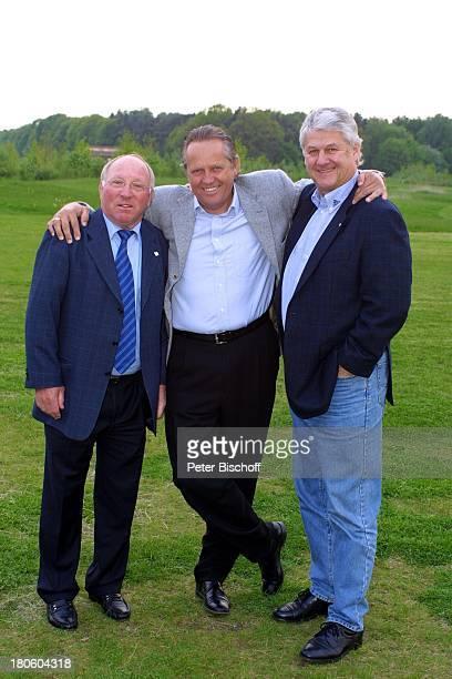 Uwe Seeler Arie Haan Max Lorenz bei GolfTurnier für 'Uwe SeelerStiftung' Achim'Achimer Golfclub' Golfplatz Umarmung