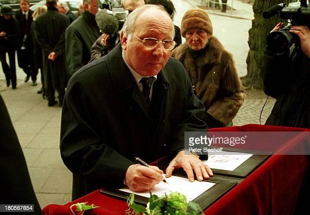 Uwe Seeler Fotografen Trauerfeier vonDr Peter Matthaes HamburgHarvestehudeKirche am Turmweg Kondolenzbuchkondolieren Trauerkleidung...