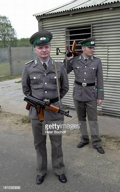 Uwe Steimle in der Altmark/SachsenAnhalt RTLFilm Crazy Race 2 Schauspieler Schauspielerin DDRGrenzsoldat Soldat Uniform Mütze Gewehr Waffe Promis...