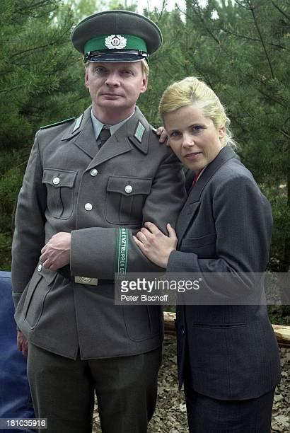 Uwe Steimle Michaela Schaffrath in der Altmark/Sachsen Anhalt RTLFilm Crazy Race 2 Schauspieler Schauspielerin DDRGrenzsoldat Soldat Uniform Mütze...