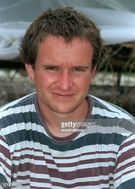 """Uwe, Teilnehmer bei der SAT.1-Abenteuer-Show """"Das Inselduell"""", posiert am 3.6.2000 auf der malayischen Insel Simbang für den Fotografen. Uwe aus..."""