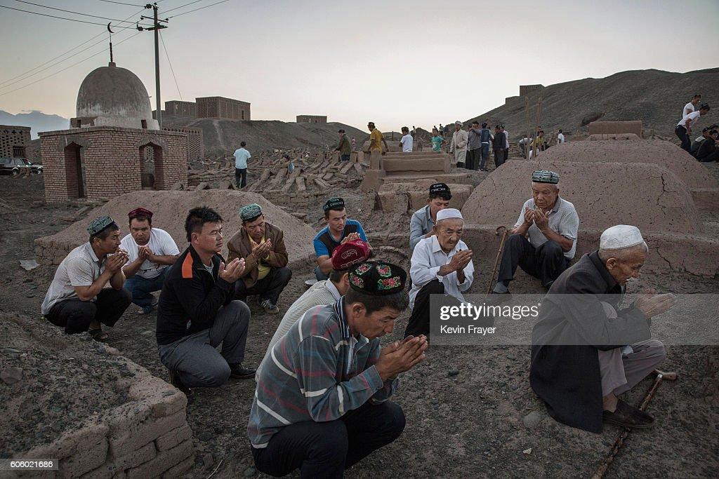 China's Uyghur Minority Marks Muslim Holiday In Country's Far West : Fotografía de noticias
