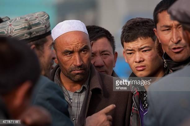 uyghur comerciantes no mercado de gado e kashgar - kashgar - fotografias e filmes do acervo