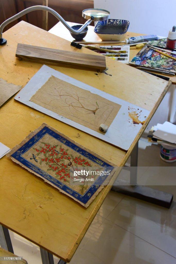Uzbek Artist Desk With Tools Foto De Stock Getty Images
