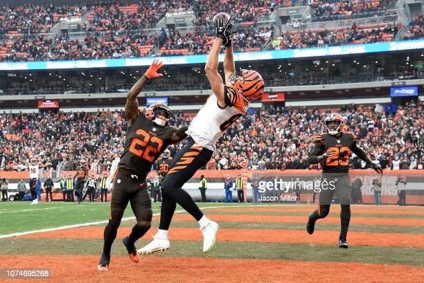 J Uzomah of the Cincinnati Bengals catches a touchdown pass in front of Jabrill Peppers and Damarious Randall of the Cleveland Browns during the...