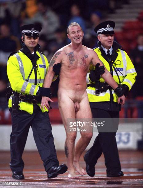 V AUSTRALIA .HAMPDEN - GLASGOW.A streaker is led away by two police officers.