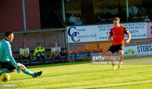 V COWDENBEATH.TANNADICE - DUNDEE.Dundee United's Cammy Smith scores goal number 3..