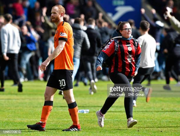 V DUNDEE UNITED.THE SIMPLE DIGITAL ARENA - PAISLEY.Dundee United's Mark Reynolds looks dejected as an excited St Mirren fan joins in the pitch...