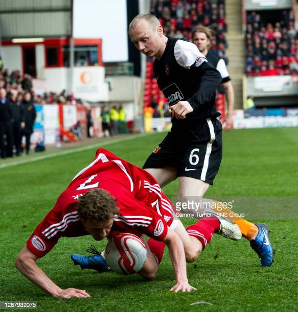 V DUNDEE UTD.PITTODRIE - ABERDEEN.Aberdeen's Chris Clark loses his footing in a challenge with Willo Flood.