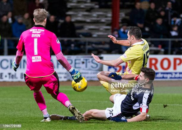 V HEARTS.DENS PARK - DUNDEE .Hearts Don Cowie is tackled by Dundee's Kostadin Gadzhalov