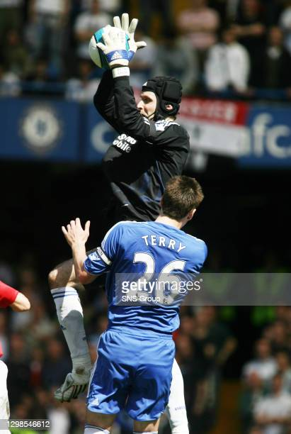 V MANCHESTER UTD .STAMFORD BRIDGE - LONDON.Chelsea's John Terry allows his keeper to come and collect the ball
