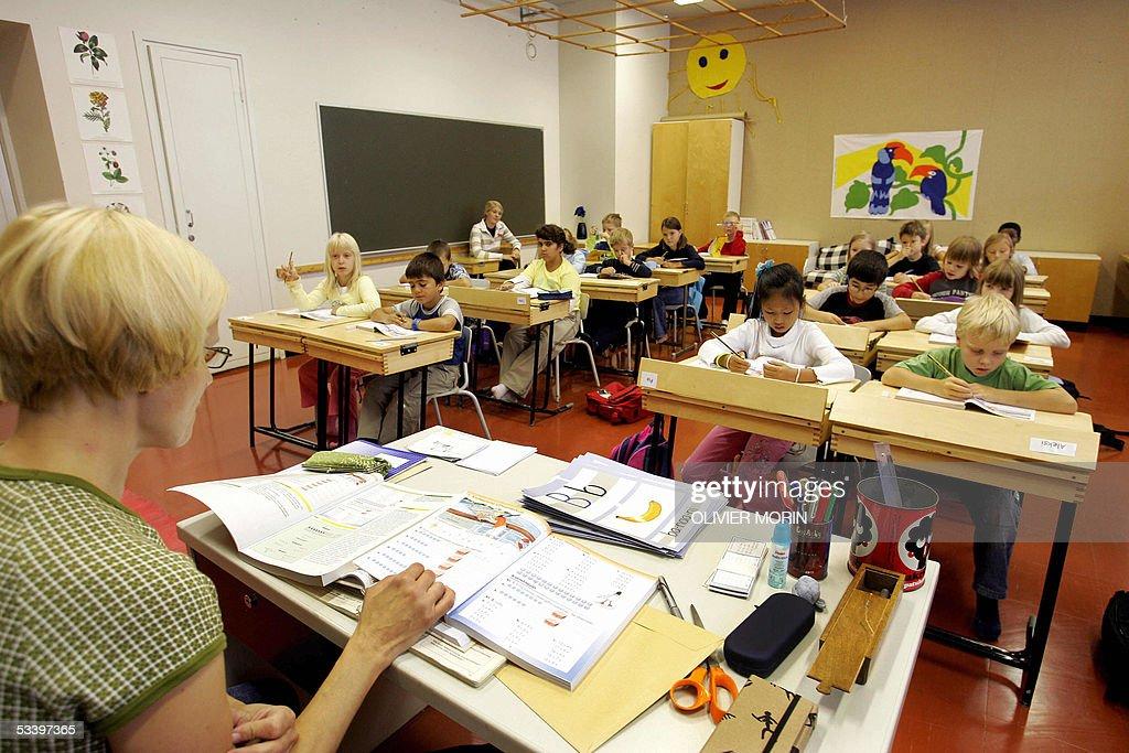 Children listen to their teacher 17 Augu : News Photo