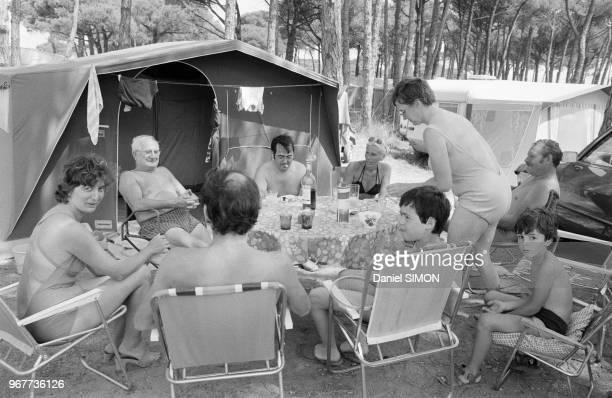 Vacanciers dans un camping sur la Côte d'Azur le dimanche 22 juillet 1978 France