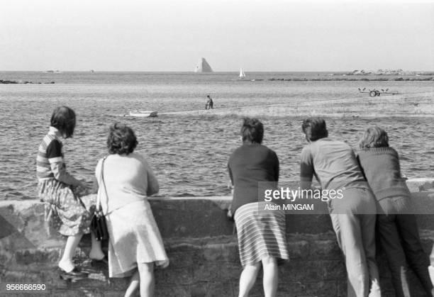 Vacanciers regardant l'épave du pétrolier Amoco Cadiz Potsall le 3 aout 1978 France