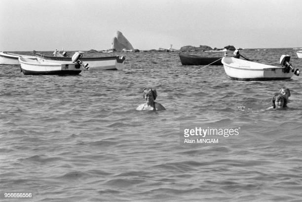Vacanciers se baignant non loin de l'épave du pétrolier Amoco Cadiz à Potsall le 3 aout 1978 France