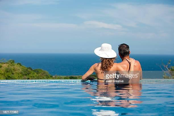 Urlaubsgefühl-Paar entspannenden im Pool und die Aussicht genießen