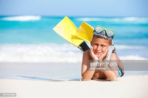 Vacanza LIFESTYLE-carino ragazzo Snorkeling sulla spiaggia