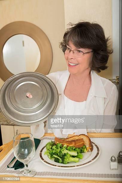 Vacances: Femme tenant un plateau du service d'étage.