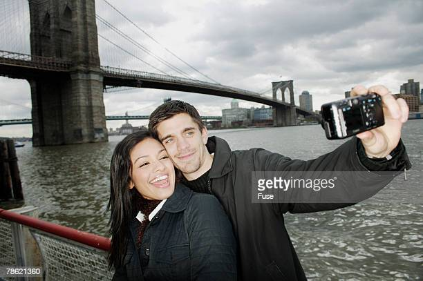 vacationing couple taking photograph - ニューヨーク郡 ストックフォトと画像