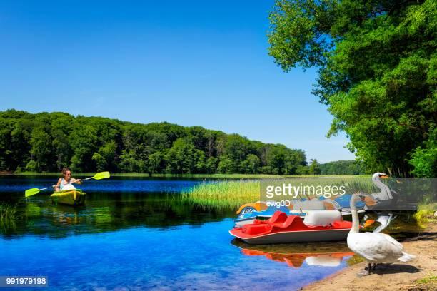 vakanties in polen-vrouw in een kajak op insko lake, polen - meeroever stockfoto's en -beelden