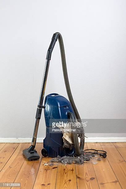 Vacuum cleaner with an exploded vacuum cleaner bag