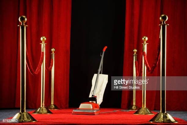 vacuum standing on the red carpet - tapete vermelho - fotografias e filmes do acervo