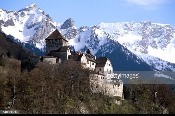 Vaduz, Fürstentum Liechtenstein: das vor der Kulisse schneebedeckter Berge oberhalb der Stadt gelegene Schloss Vaduz. .