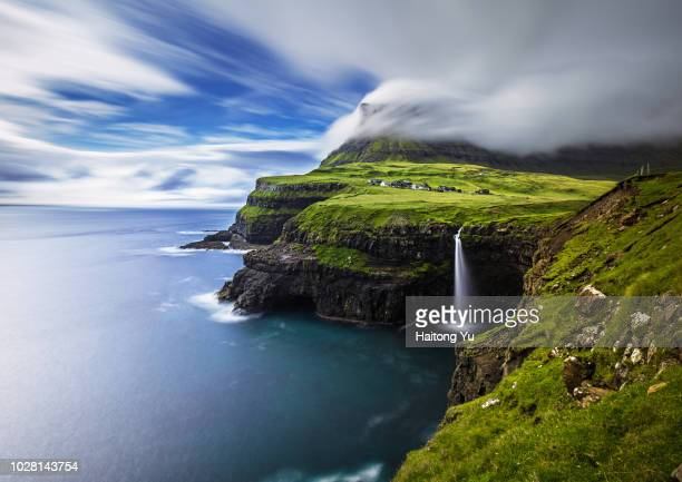 vagar, faroe islands. mulafossur waterfall. long exposure shot. - islas faroe fotografías e imágenes de stock