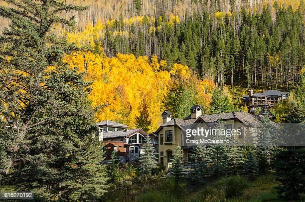 vail, colorado vacation homes on the gore river - craig gore fotografías e imágenes de stock
