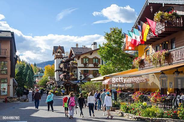 vail village en vial, colorado - vail colorado fotografías e imágenes de stock