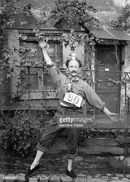 Vainqueur de la 'Course des vieux jetons' epreuve humoristique organisee par la Commune Libre de Montmartre consistant a faire le tour de la place du...