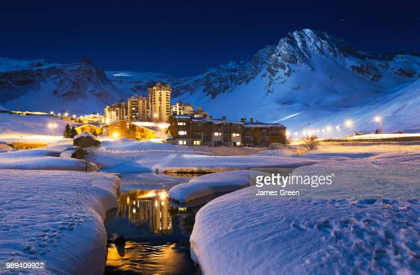 val claret illuminated at night in winter, tignes, france. - ティーニュ ストックフォトと画像