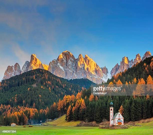 val di funes, san giovanni church & dolomites, italy - dolomites stock pictures, royalty-free photos & images