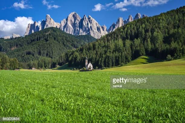 val di funes, san giovanni church panorama - alto adige foto e immagini stock