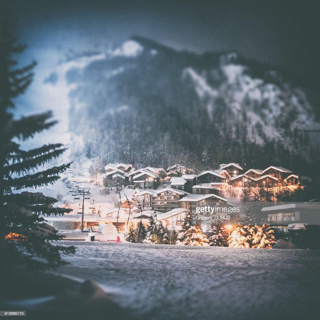 Val d ' Isere Französisch Ski Resort beleuchtete Dorf von verschneiten Nacht in europäischen Alpen im winter : Stock-Foto