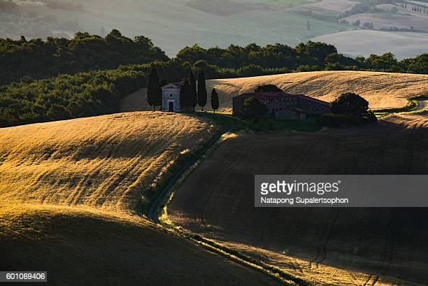 val d'orcia famous chapel at sunrise, tuscany - capella di vitaleta stock pictures, royalty-free photos & images