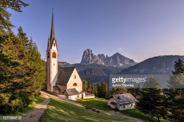 val gardena, dolomite alps, italy, europe - kirche stock pictures, royalty-free photos & images