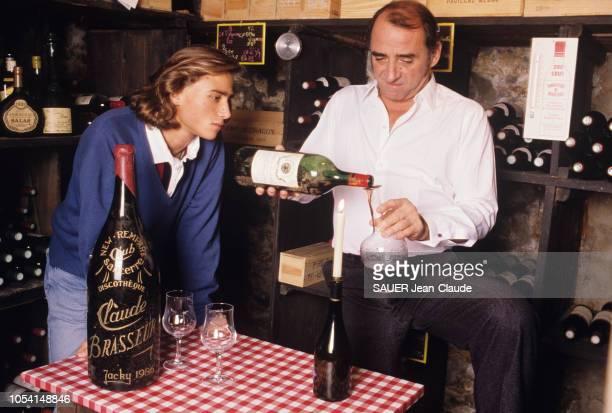 Vald'Oise France 31 octobre 1989 L'acteur Claude BRASSEUR et son fils Alexandre chez eux à Vauréal Ici posant dans la cave familiale le père versant...