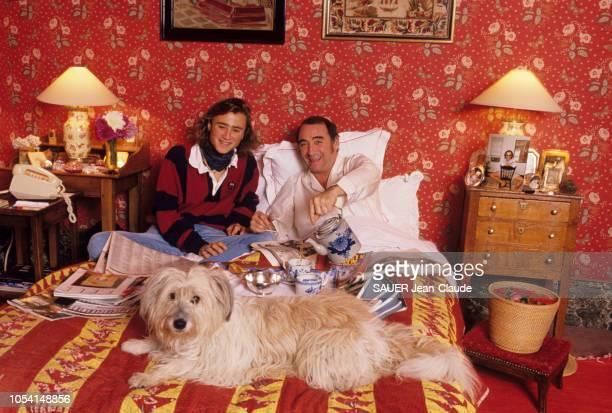 Vald'Oise France 31 octobre 1989 L'acteur Claude BRASSEUR et son fils Alexandre chez eux à Vauréal Ici tous deux souriant prenant un petit déjeuner...