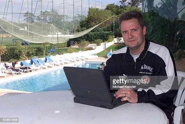 TRAININGSLAGER Vale do Lobo/POR Manager Stephan BEUTEL mit PC im Hotel Barrington bei der Arbeit im Hintergrund der Pool und Trainingsplatz