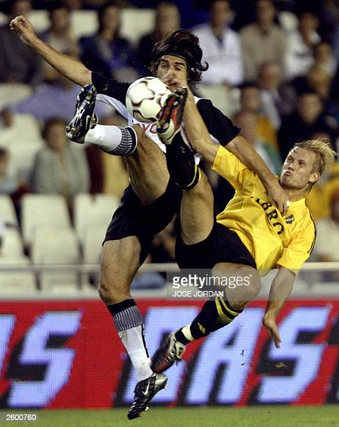 Valencia Argentinian Fabian Ayala vies with Aik Solna Swede Martin Aslund during a first round sedond leg UEFA cup match in Mestalla Stadium in...