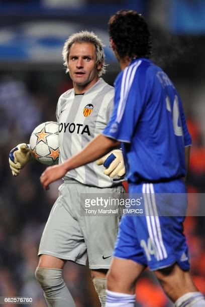 Valencia goalkeeper Santiago Canizares and Chelsea's Claudio Pizarro