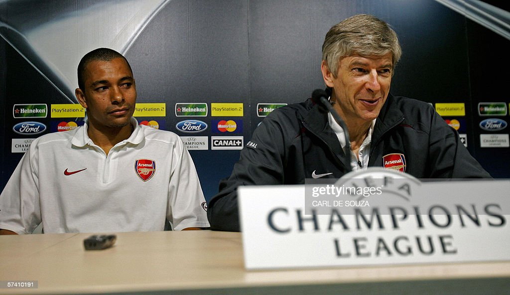 Arsenal's Gilberto (L) and manager Arsen : News Photo