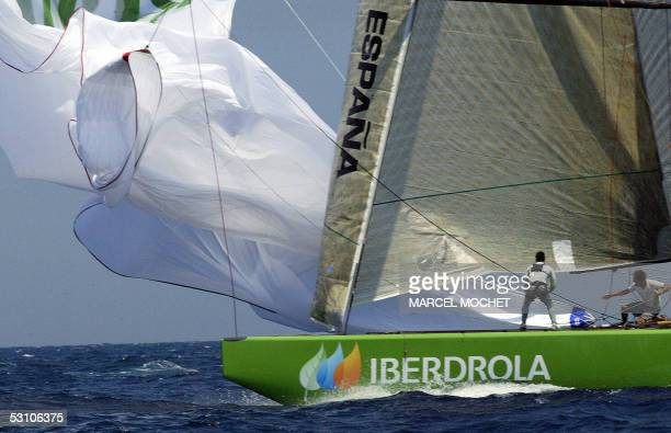 Crew members of Spanish boat Desafio Espanol drop the spinnaker during the fleet race of the Louis Vuitton act in Valencia 20 June 2005 The racing of...