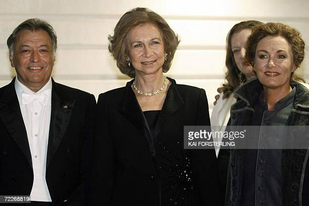 Spain's Queen Sofia poses with Indian conductor Zubin Mehta and German soprano Waltraud Meier during the interval of 'Fidelio', the opening opera of...