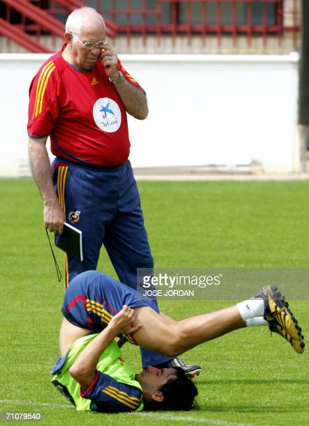 Spanish national football team coach Luis Aragones watches Raul Gonzalez stretch during a training session at the sport city in Valencia 30 May 2006...