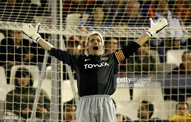 Valencias goalkeeper Santiago Canizares reacts during their Spanish League match against Sevilla at Mestalla stadium in Valencia 15 April 2007 AFP...